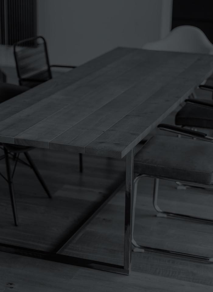 Tisch aus Holz und Stahl